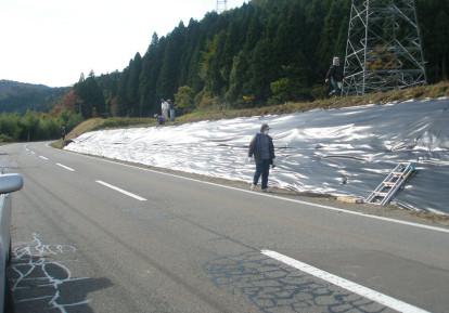 多面的機能支払交付金事業の防草シート施工事例 (農道)