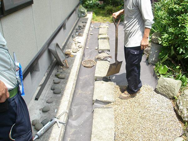 飛び石のまわりに砂利を敷く