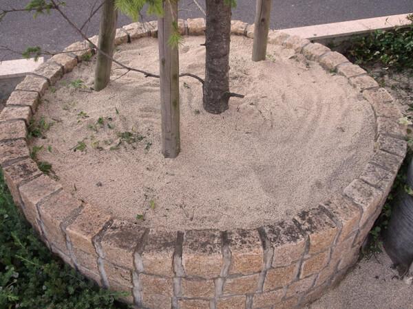 花壇にも防草土を撒く