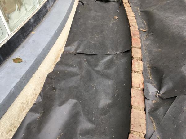 防草シートの敷設③_人工芝とマルチの施工事例