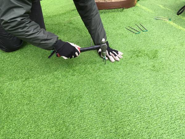 人工芝にピンを打設_人工芝とマルチの施工事例