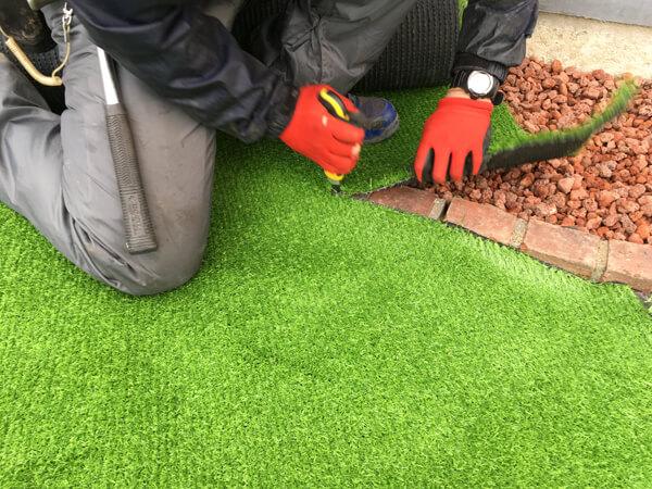 構造物まわりの人工芝の処理_人工芝とマルチの施工事例