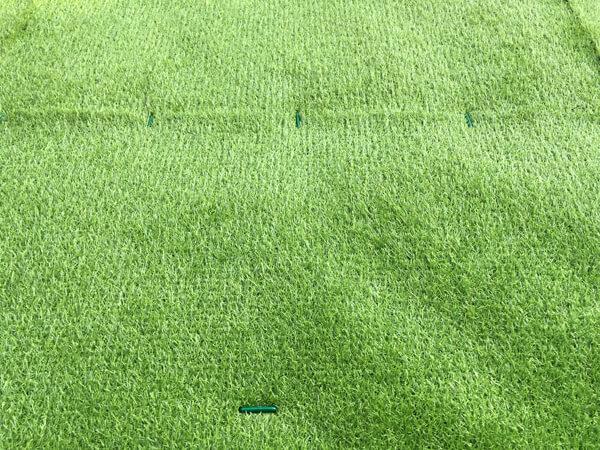 ピンを打設した人工芝_人工芝とマルチの施工事例