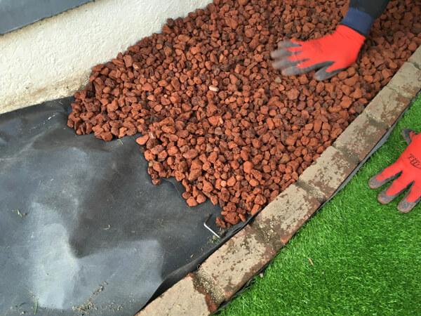 マルチ資材を充填_人工芝とマルチの施工事例