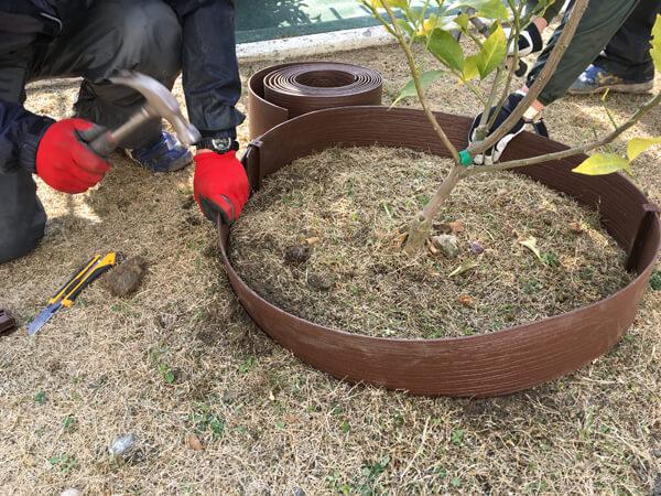 見切り材の設置②_人工芝とマルチの施工事例