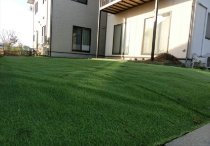 宅地の防草シート施工事例(お庭)人工芝をプラスして自然な印象のお庭に