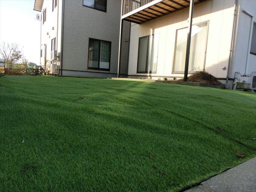 防草シートを敷いた後にリアル人工芝を敷いた事例。施工完了後の様子です。