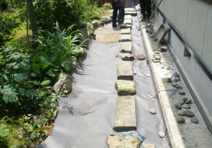 踏み石のある庭