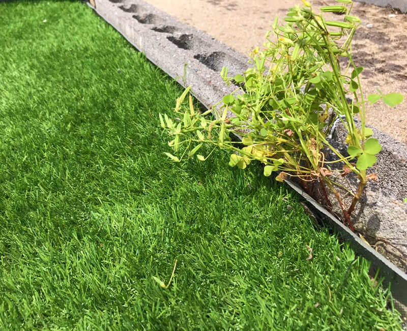 構造物と防草シートの隙間