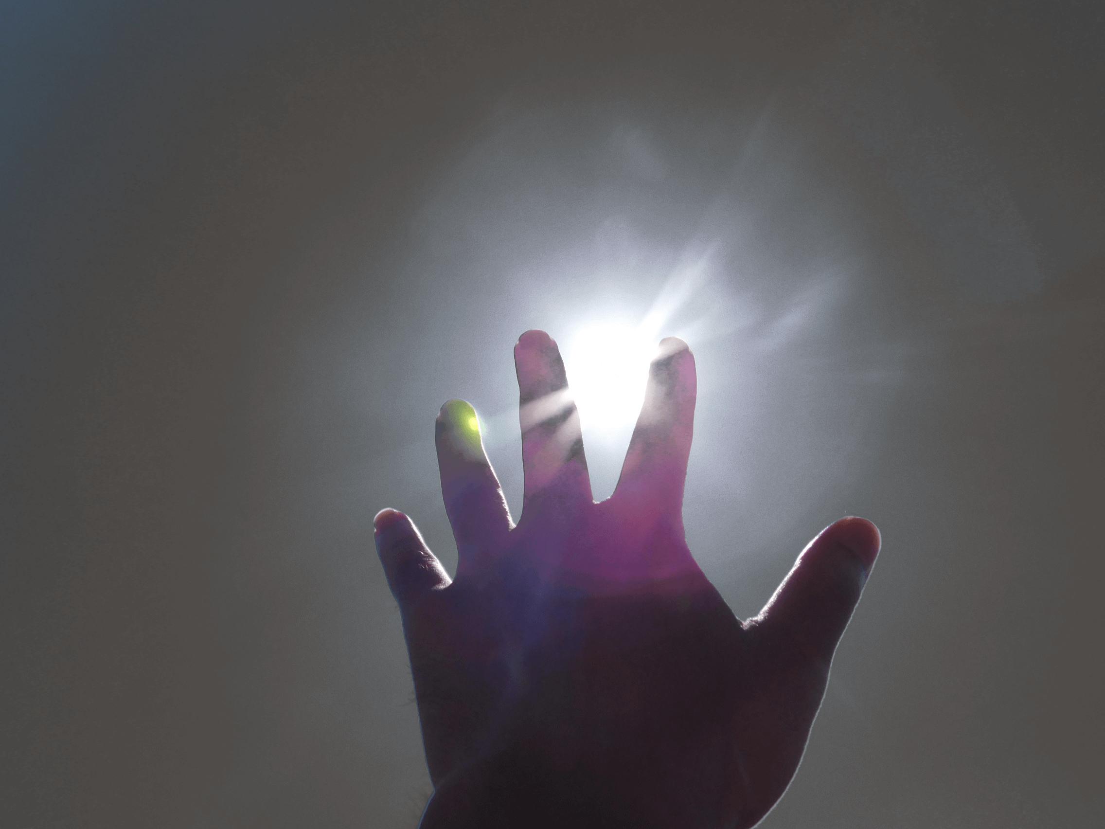 光に手を伸ばす